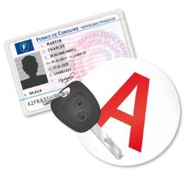 Permis conduite accompagnée avec clés de voiture et auto-collant A jeune conducteur