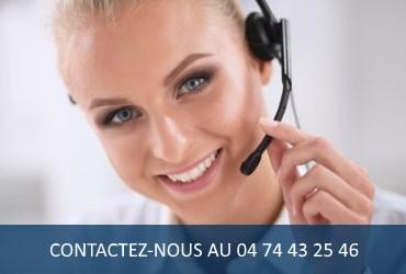 Jeune femme répondant au téléphone pour contacter auto-école plaisir dans l'Isère (38)